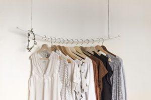 Dressing minimaliste avec peu de vetements