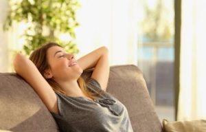 Femme heureuse après le désencombrement